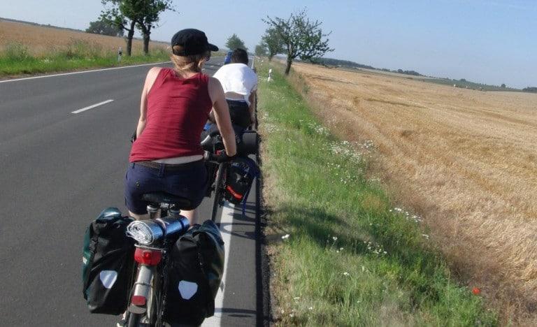 radelmaedchen auf fahrrad