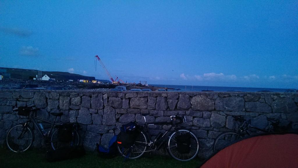 Da lugt das Meer hinter der Mauer hervor. Und wir verschwinden erstmal für 3,5h im Schlafsack.