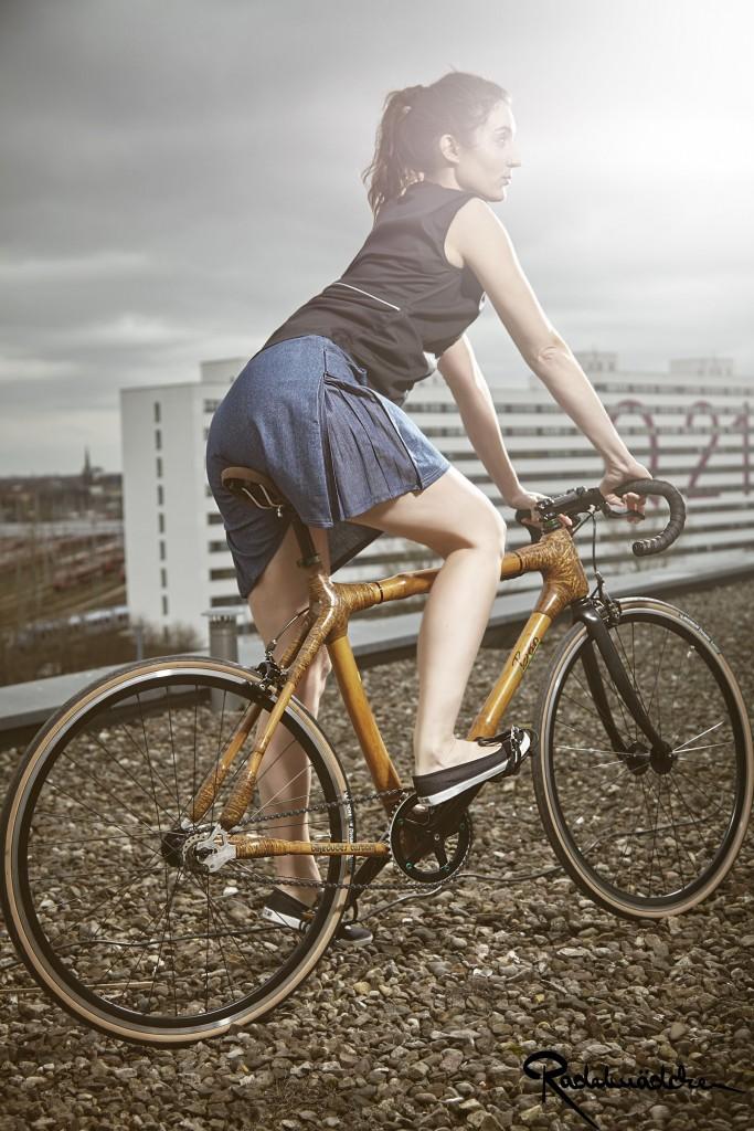 Niki mit dem Radelrock und der Radelbluse von Radelmädchen. Schuhe: Ethletic fair dancer Fahrrad: myboo Bambusfahräder und bikedudes Berlin pic: produktfotoberlin.de/