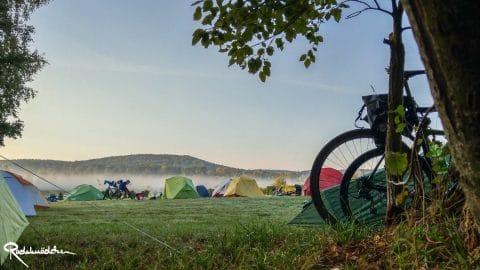 zelte auf Wiese Bikepacking