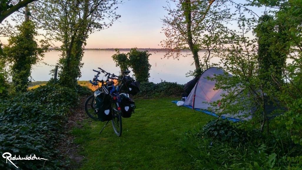 Zelt und Fahrräder am Meer