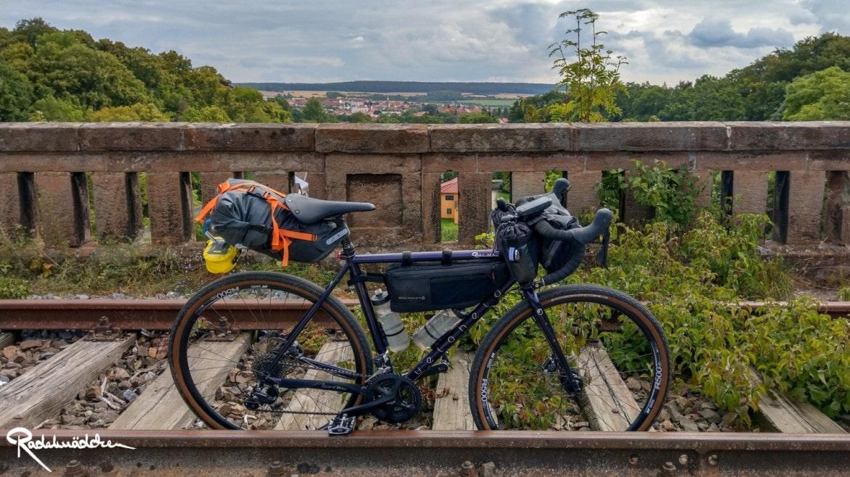 Fahrrad und Bahngleise mit Talblick