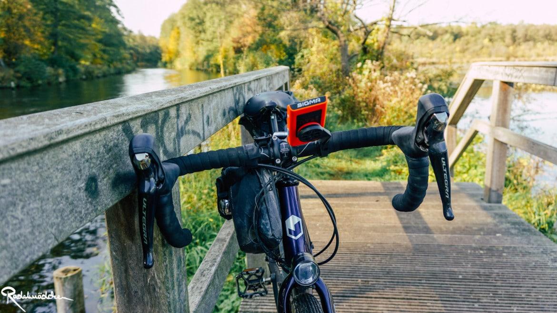 Gravel bike auf Brücke in Natur