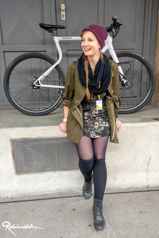 radelmaedchen sitzt lachen vor urwahn Fahrrad