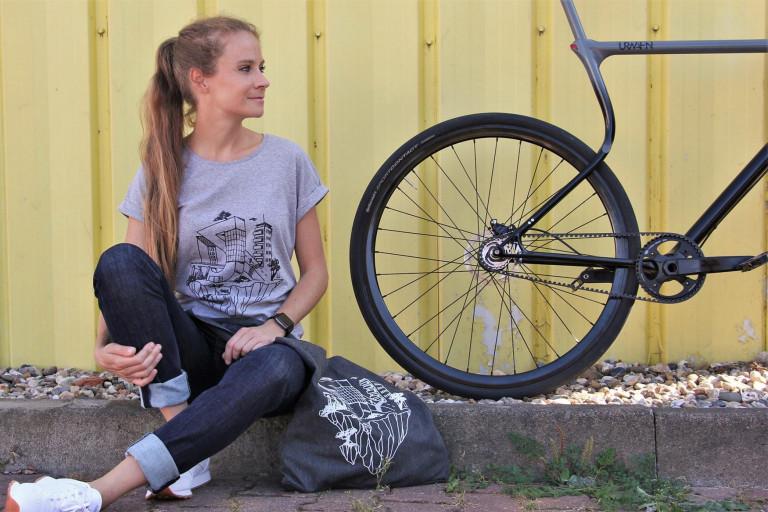 urwahn fahrrad und model mit t.shirt & musette