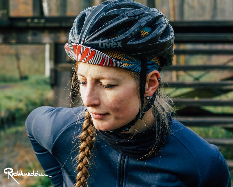 Radelmädchen mit cycling cap und Helm