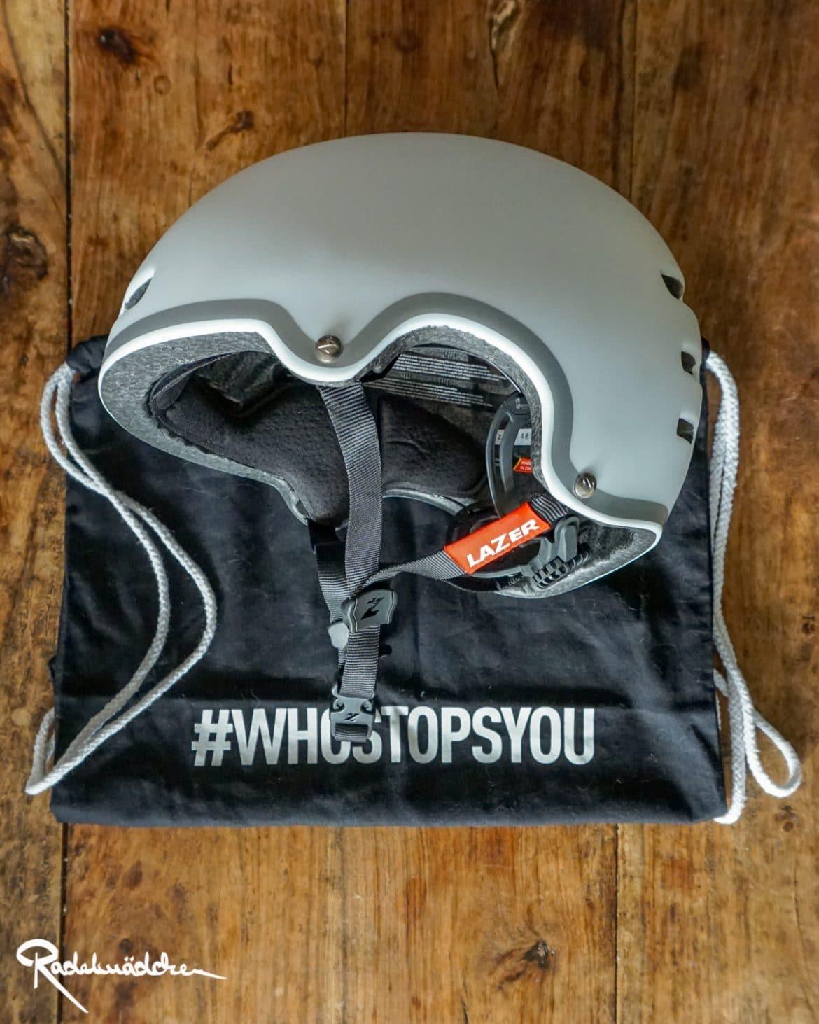 weißer Lazer Helm und Beutel