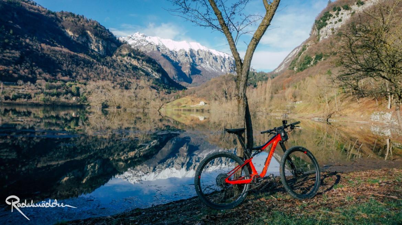 Lago di Tenno mit MTB an Baum gelehnt