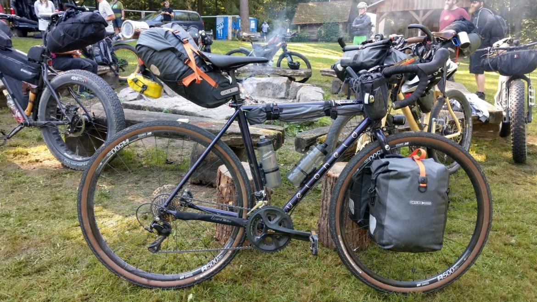 veloheld bikepacking taschen am lagerfeuer