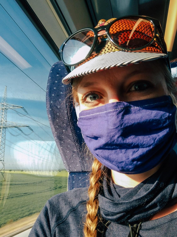 Radelmaedchen im Zug mit MN-Maske