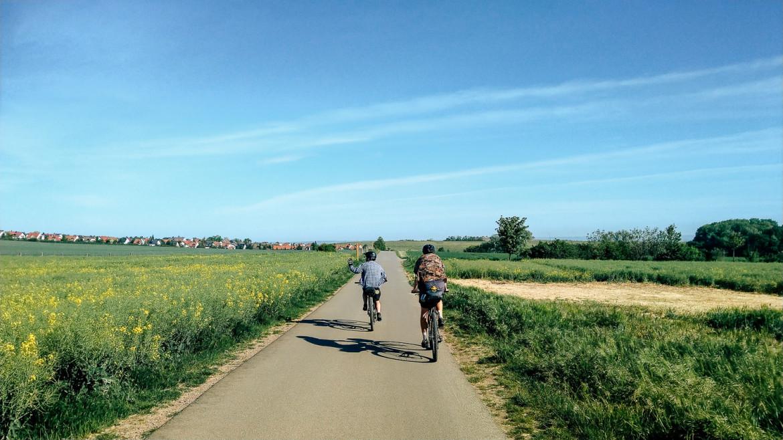 Radfahrende auf Feldweg