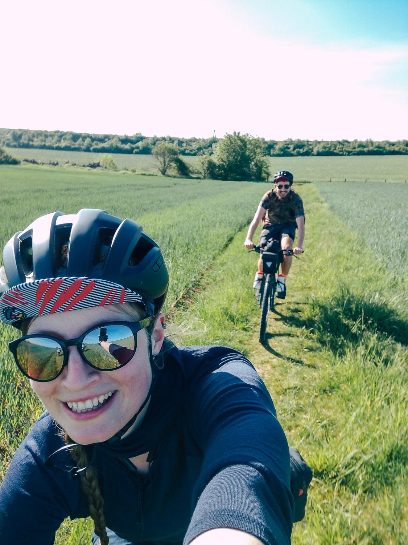Selfie mit Radfahrenden auf dem Feld