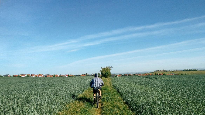Mit Fahrrad übers Feld