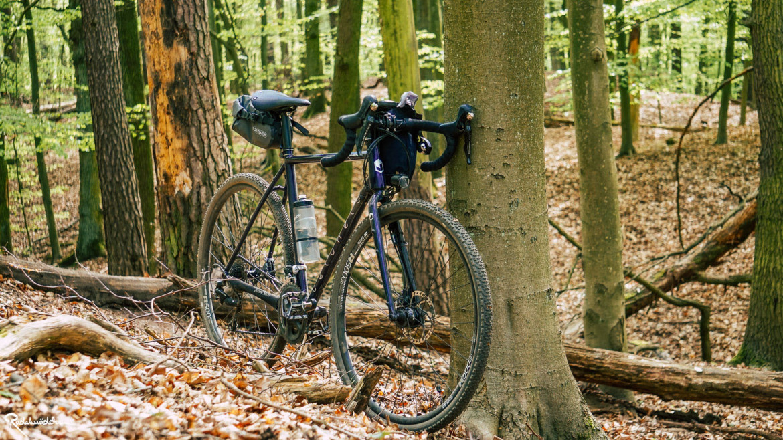 Gravelbike im Wald mit wenig Luftdruck