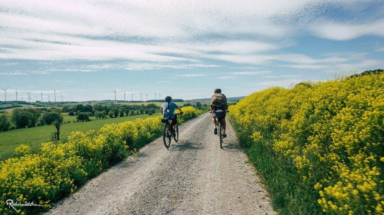 Radfahrende auf Schotterweg