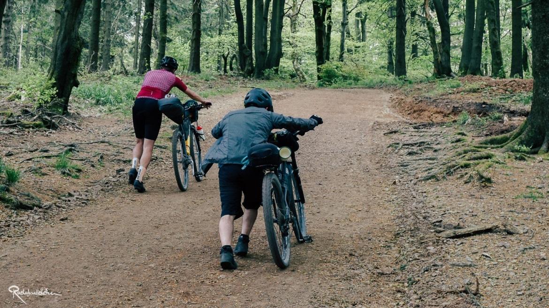 Radfahrende schieben