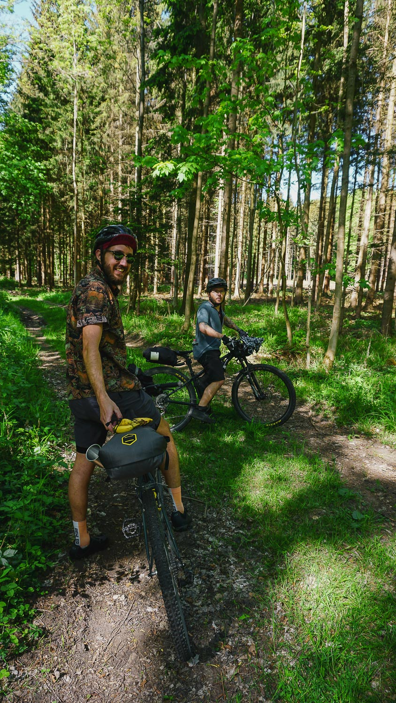 zwei Radfahrende im Wald