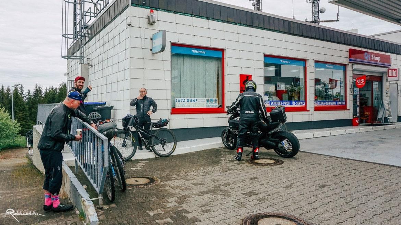 Tankstelle mit Radfahrenden