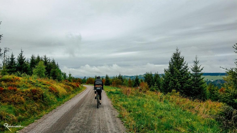 Schotterweg mit Radfahrer