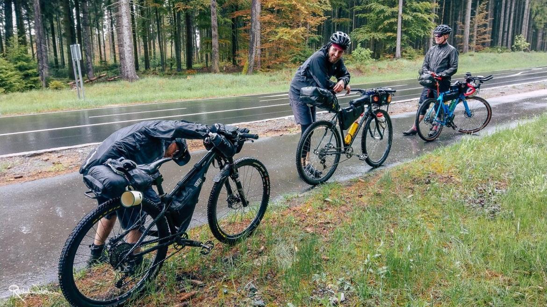 Radfahrende stehen im Regen