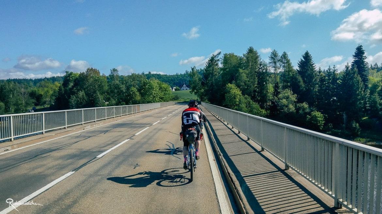 Radfahrer auf der Brücke