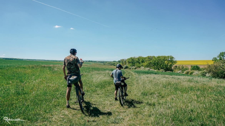 Radfahrer auf dem Feld