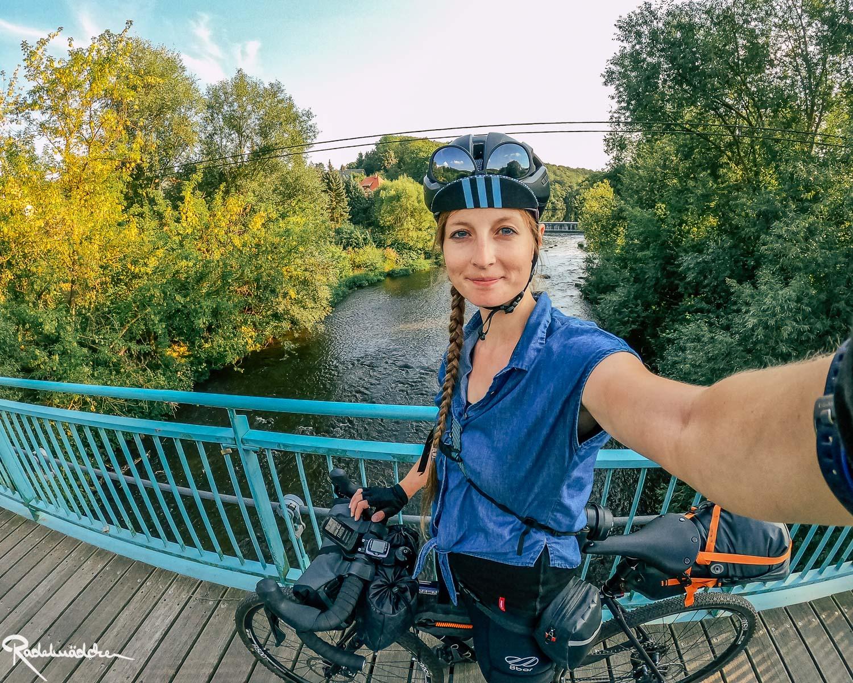 Radfahrerin auf der Hängebrücke