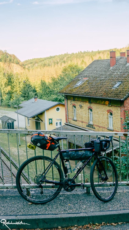 Fahrrad an Brücke gelehnt