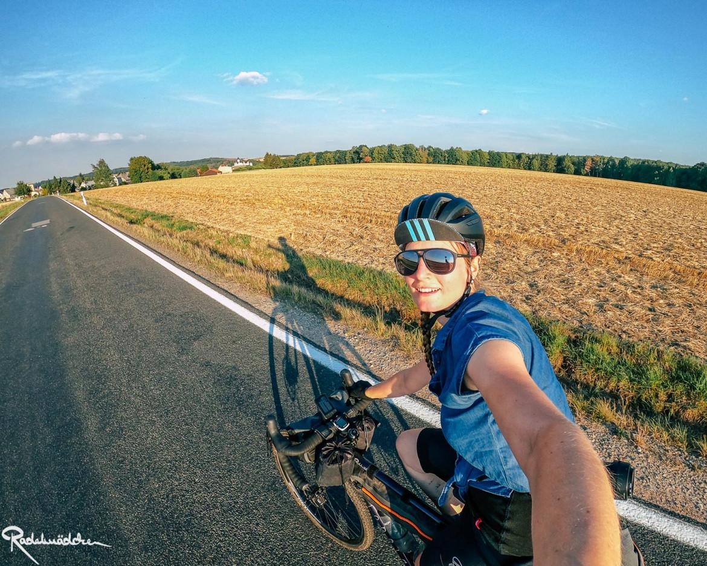 Radfahrerin auf der Straße