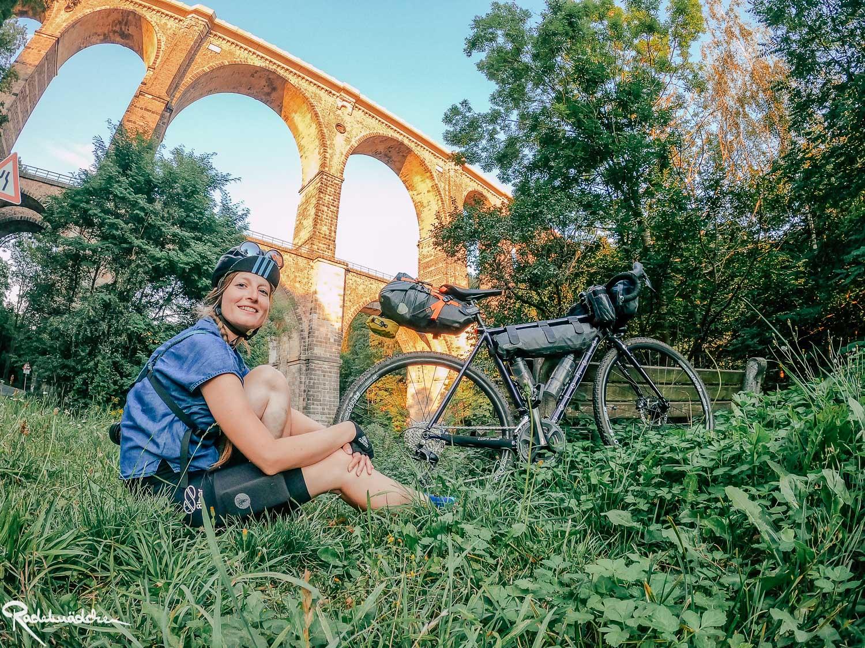 Jule mit Rad unter Viadukt
