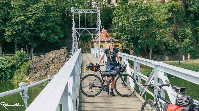 Radelmädchen auf der Hängebrücke Grimma