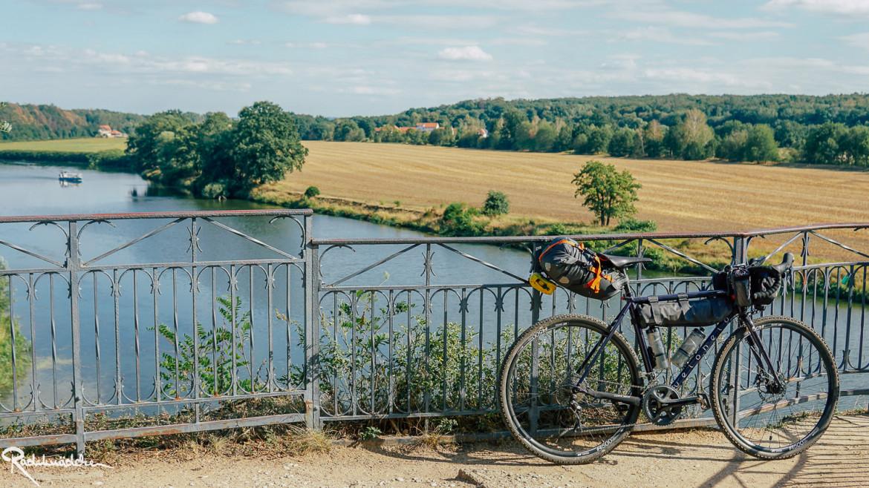 Blick auf den Fluss Mulde mit Fahrrad