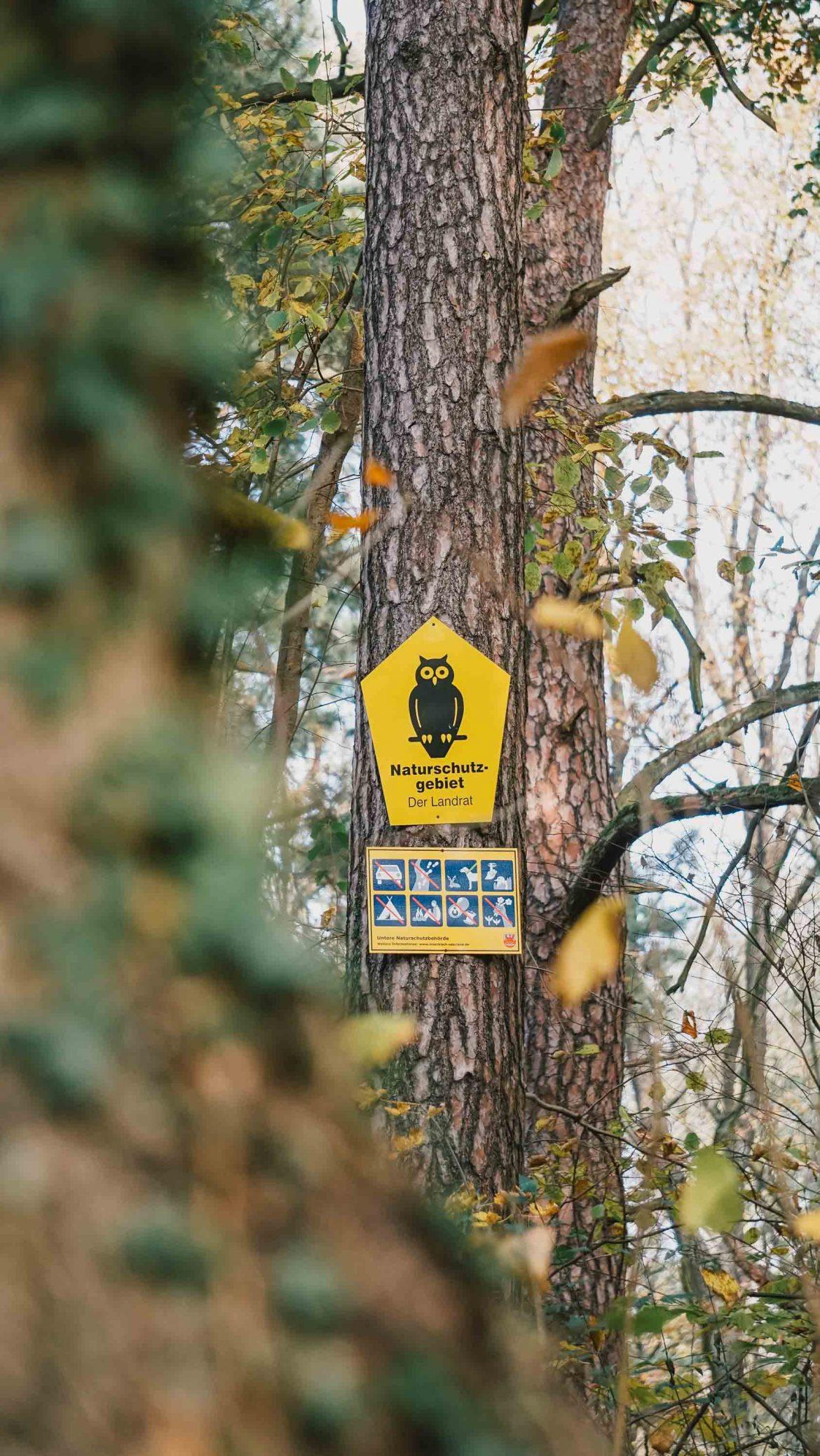 Naturschutzgebiet Schild am Baum