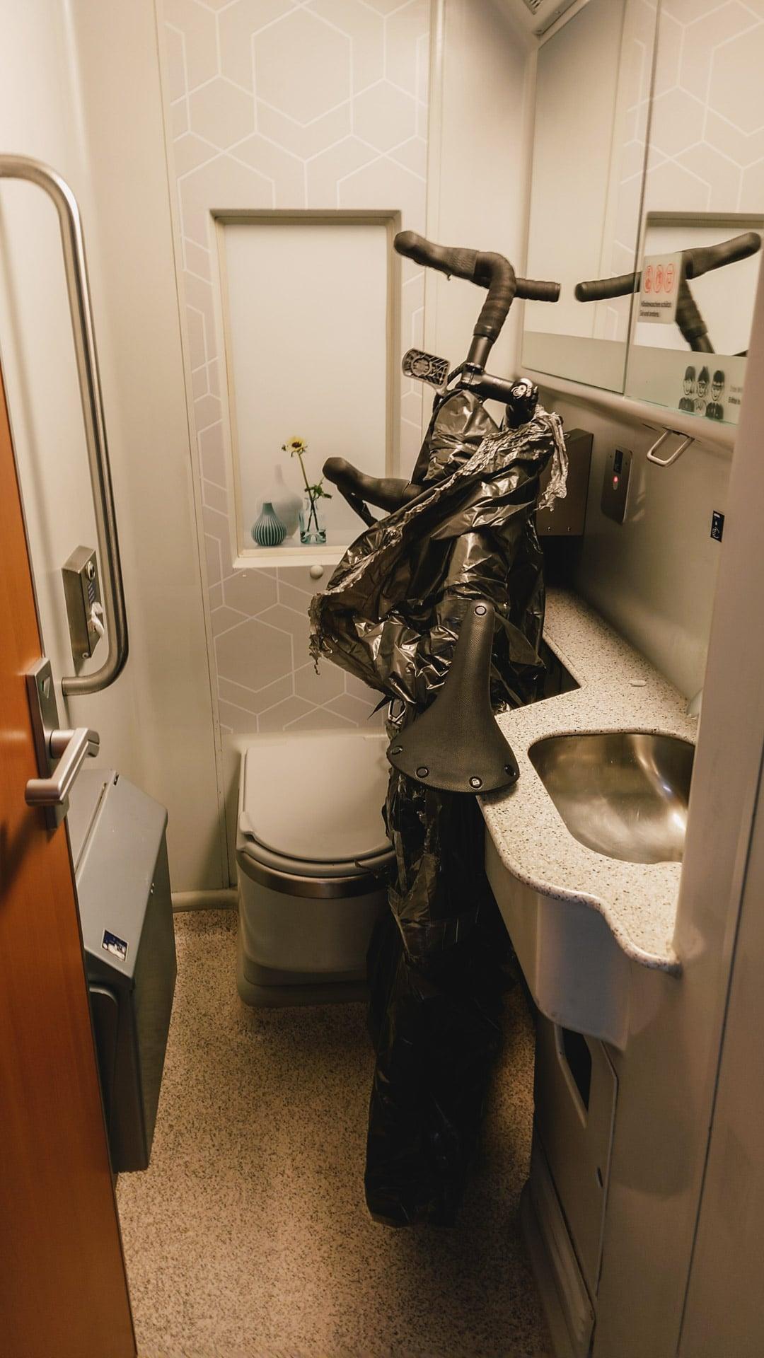 Fahrrad im Zug-WC