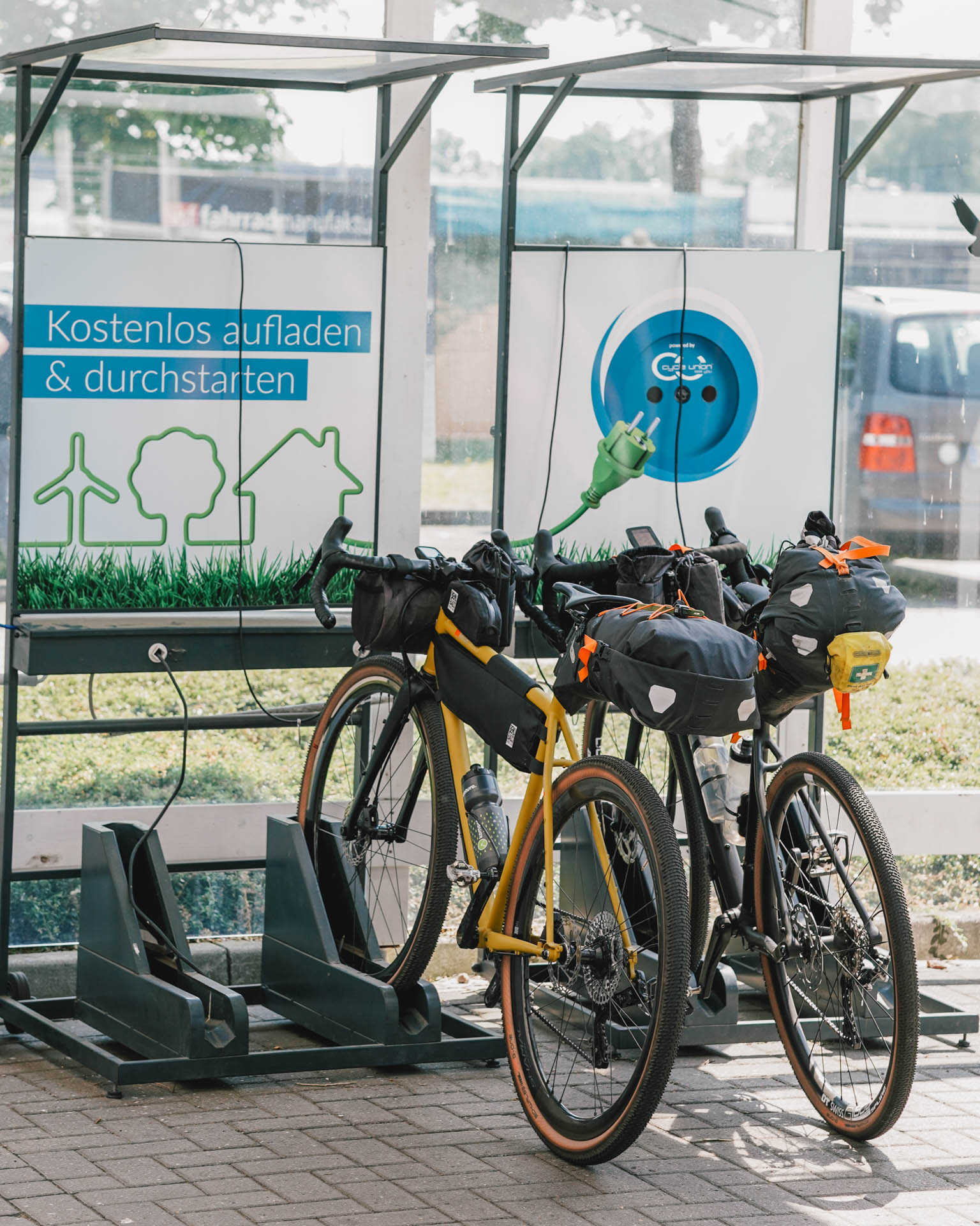 Fahrräder am Ladestand