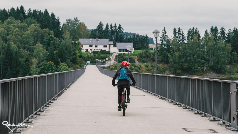 Jan auf dem Fahrrad auf dem Staudamm