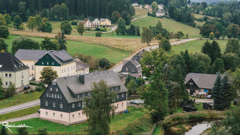 Blick auf Häuser im Grünen